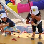 Un parque de juegos para niños en la playa