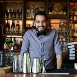 A la mesa con: el barman Diego Harris Olivera
