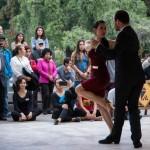 [GRATIS] Dos campeones de tango bailan al aire libre