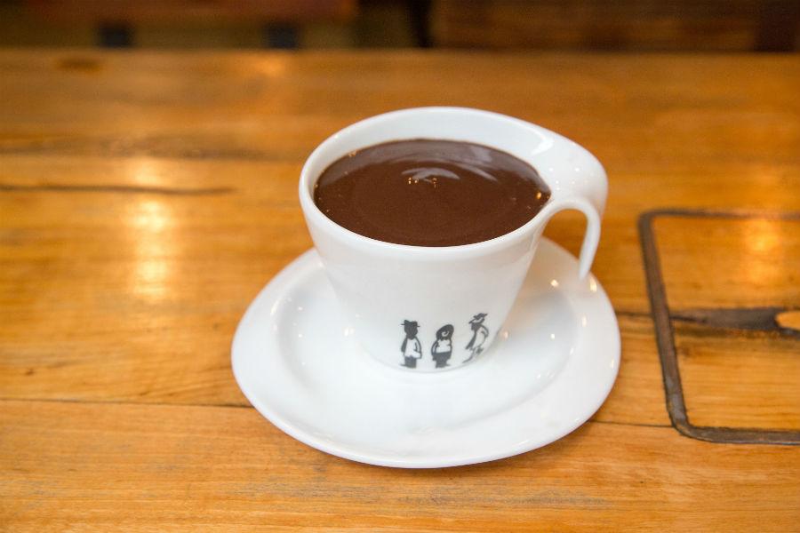 chocolate caliente en el café del 10