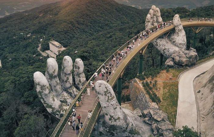 Conoce el increíble puente de oro Vietnam sostenido por manos gigantes