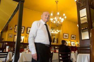 José Santos: los 60 años en ejercicio del garzón más antiguo de Santiago