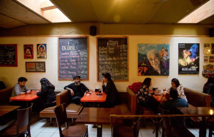 Yungay Viejo: El bar donde regalan schop mientras juegas cartas