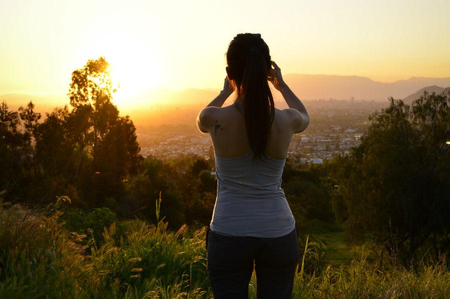 Mirar el atardecer desde uno de los cerros más lindos de Santiago