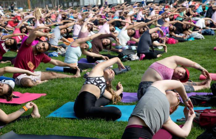 Cinco entretenidos lugares con clases de yoga al aire libre