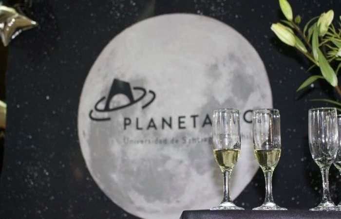 Disfrutar de las estrellas mientras tomas una copa de espumante en el Planetario