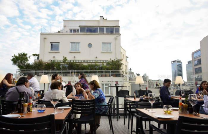 Una terraza donde te enseñan a preparar cocteles gratis