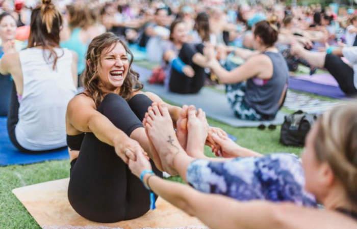 Yoga y meditación masiva en plena calle de Pucón