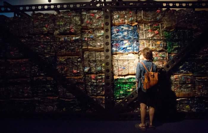 El museo chileno donde puedes caminar entre fardos de basura