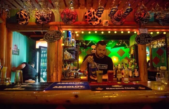 The Travellers: El único bar gayfriendly de La Araucanía está en Villarrica