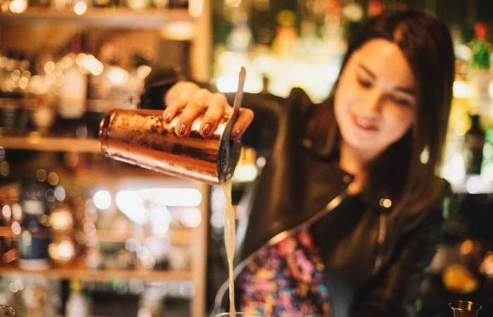 Barra femenina: 3 mujeres que la llevan en los mejores bares de Santiago