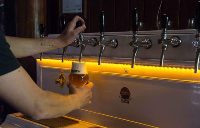 El bar donde la cerveza artesanal se saca desde un piano