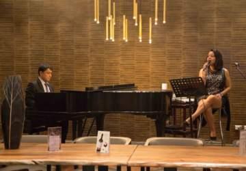 Crowne Plaza: Trae de vuelta la nostalgia del piano bar