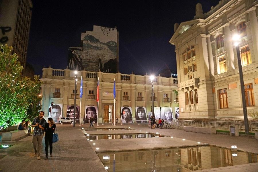 Galería al aire libre en calle Bandera muestra gigantografías inéditas