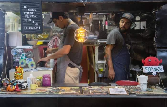 Comer en una Combi: Las nuevas cocinas ambulantes del Persa Bío Bío