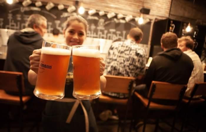 Kunstmann Kneipe llegó a Viña del Mar con una enorme barra cervecera de 24 salidas