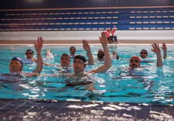 Nadando por un Sueño: Cuando el humor le reserva un preciso lugar al drama