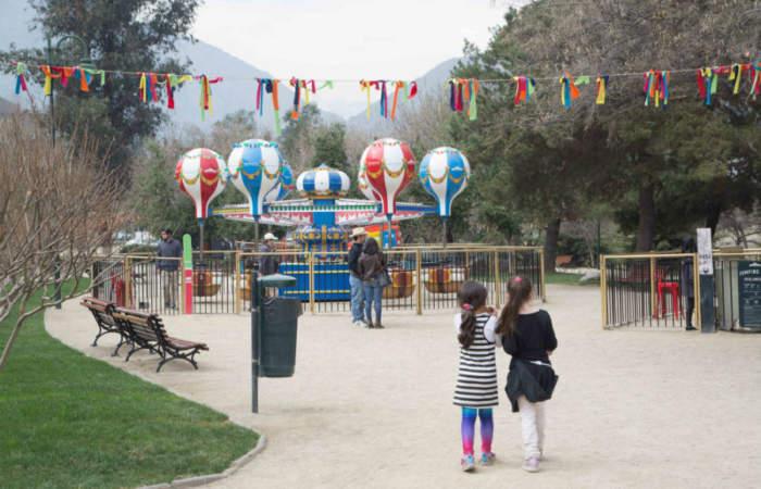 Parque Las Rosas, el pulmón verde con carruseles y camas elásticas para los niños
