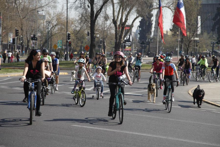La entretenida cicletada por Santiago en que sólo pedalearán mujeres