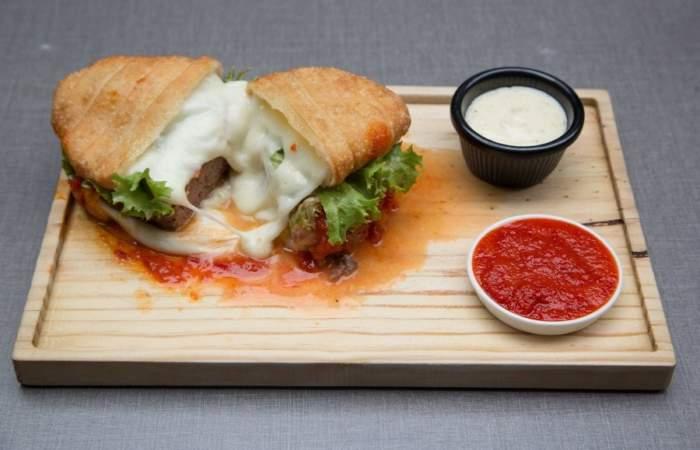 Station Burger tiene la hamburguesa más golosa de Santiago: una hecha con tequeños