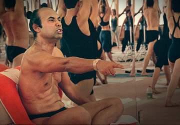 """Bikram: Yogui, gurú, depredador, el documental que desenmascara al creador del """"hot yoga"""""""