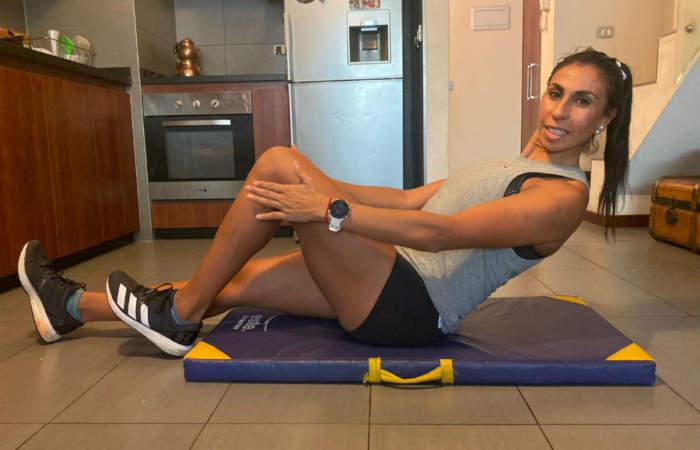 ¿Te ejercitas en casa? Dos deportistas entregan sus recomendaciones para una rutina correcta