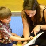 Canciones y cuentos con los niños en brazos
