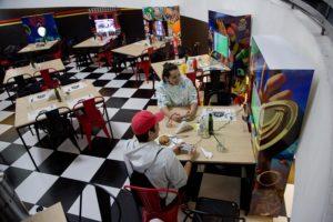 Protobar: un lugar donde comer hamburguesas y jugar Mario Kart