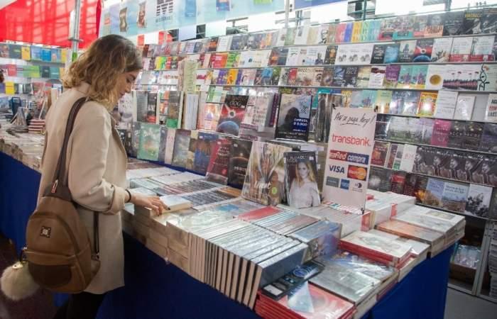 """Las """"joyas"""" de la Feria del Libro de Santiago que no puedes dejar pasar"""
