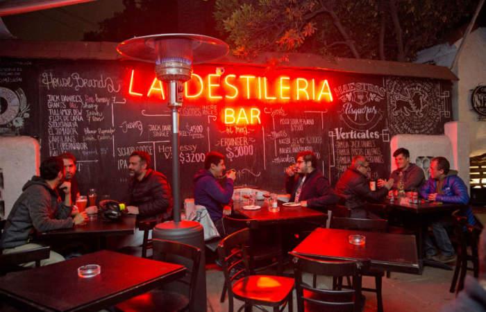 La Destilería, el único bar chileno dedicado sólo a los piscos, vodkas y whiskies