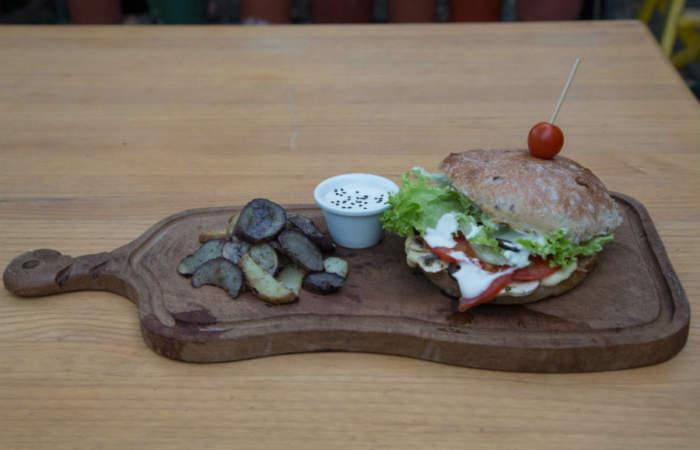 Del Brote, la nueva cafetería vegana con contundentes sánguches