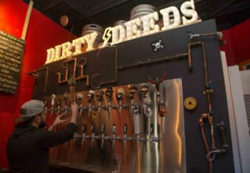 Dirty Deeds, el nuevo bar de Bellavista con cervezas artesanales y harto rock