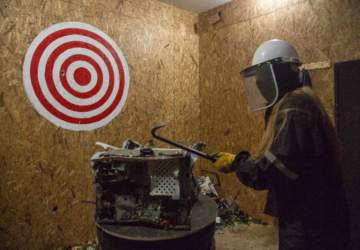 """Así es la primera """"sala de ira"""" de Chile, donde puedes ir a romperlo todo para desestresarte"""