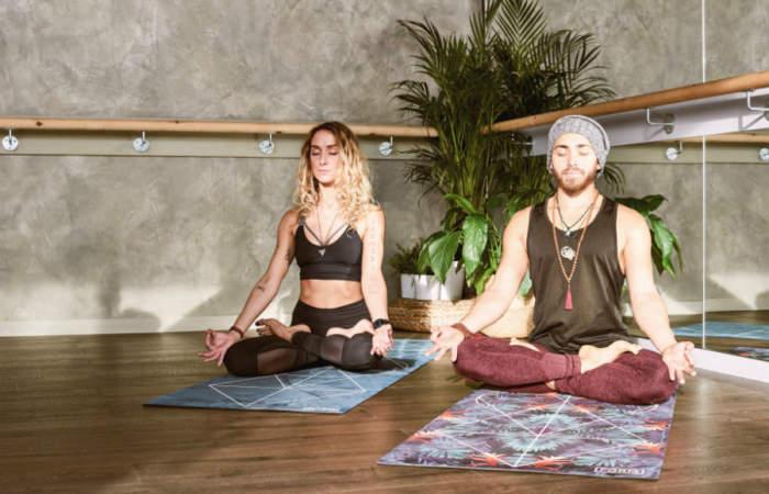 Saluda al Sol todas las mañanas con estas clases de yoga para la familia