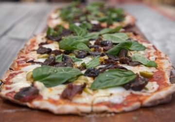 El local del barrio Brasil con pizzas un metro y pisco sour de un litro