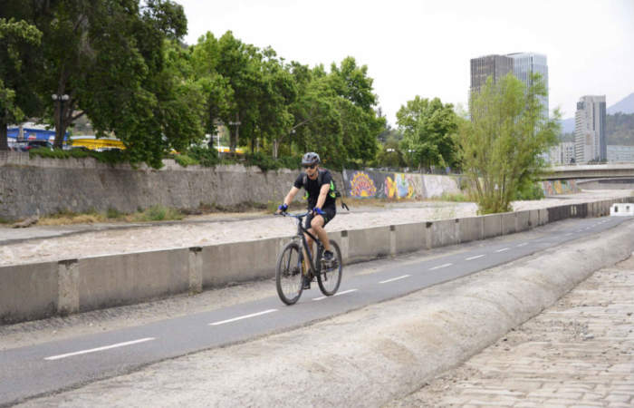 Ciclo Parque Mapocho reabre con circuito para bicis por el borde del río