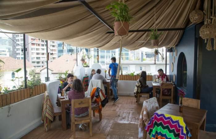 La ondera terraza del Bar La Virgen se instala en Providencia con vista al cerro San Cristóbal