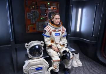 Lejos: el melodrama espacial de Netflix comandado por Hilary Swank
