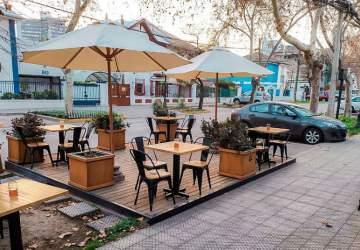 Después de casi seis meses cerrados, restaurantes y bares de Santiago reabren con aforo limitado