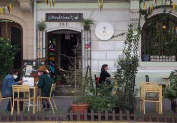 Las terrazas se toman las calles del centro de Santiago los fines de semana