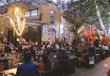 La calle del barrio Bellavista que se prende con terrazas, Djs, tocatas y stand up