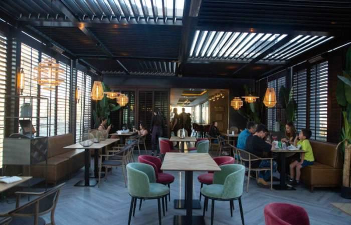 Vistandes, el bar que está en un piso 12 y que se luce con una gran panorámica de Santiago