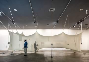 La increíble exposición inmersiva de Ernesto Neto que se toma el Centro Cultural La Moneda