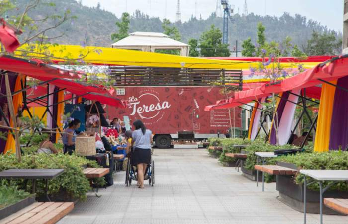 Una antigua fábrica de sombreros se convierte en plaza con food trucks y stands al aire libre