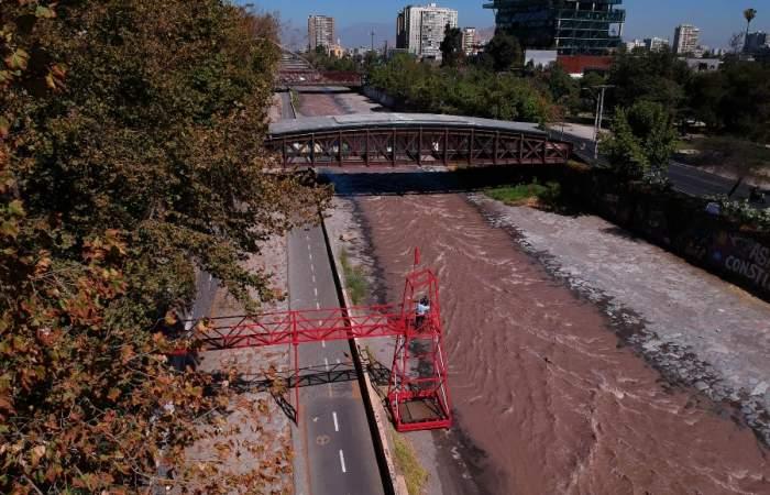 Un río de sangre, la instalación que tiñe de rojo el Mapocho para reflexionar sobre la violencia estatal