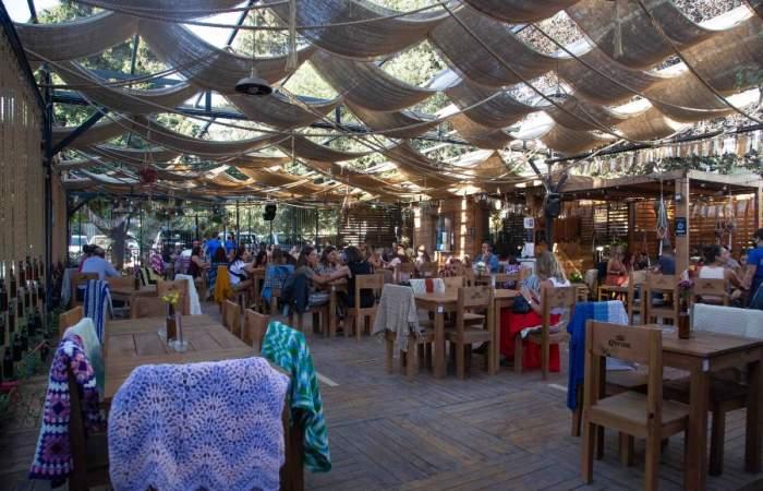 Cocteles en jarra y en un fresco patio, la nueva propuesta del bar La Virgen