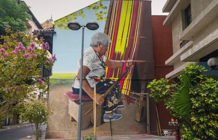 La tejedora: el mural realista que le da nueva vida una de las casas coloniales más antiguas del centro de Santiago