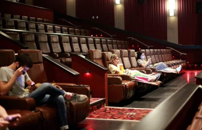 Estos son los cines abiertos esta semana y la cartelera de películas que puedes disfrutar
