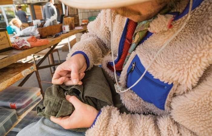 Las entretenidas cápsulas que te enseñan a reparar ropa y reciclar