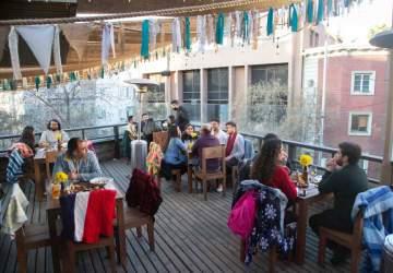 El Bar La Virgen sorprende en Lastarria con una impresionante terraza en una azotea